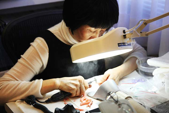 Zunci Gong, concentrating on her work for her personal exhibition.